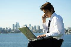 Uomo d'affari lavorante immagini stock