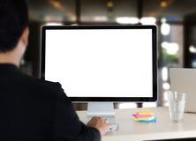 uomo d'affari lavorante del giovane facendo uso di un desktop computer del bl Fotografie Stock Libere da Diritti