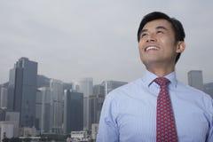 Uomo d'affari Looking Up Outdoors Immagini Stock