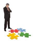 Uomo d'affari maggiore che monta un puzzle di puzzle Fotografia Stock Libera da Diritti