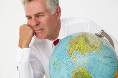 Uomo d'affari maggiore con il globo Immagine Stock Libera da Diritti