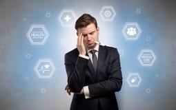 Uomo d'affari malato con il concetto di assistenza medica fotografie stock