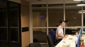 Uomo d'affari maturo che parla nell'ufficio alla notte stock footage