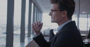 Uomo d'affari maturo che prende una rottura da lavoro archivi video