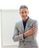 Uomo d'affari maturo davanti ad una scheda Fotografia Stock