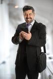 Uomo d'affari maturo facendo uso del cellulare Immagini Stock