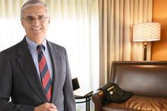 Uomo d'affari maturo nella camera di albergo Fotografia Stock Libera da Diritti
