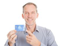Uomo d'affari maturo Showing Credit Card fotografia stock libera da diritti