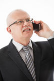 Uomo d'affari maturo sorridente che parla sul cellulare Fotografie Stock Libere da Diritti
