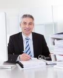 Uomo d'affari maturo sul lavoro Immagini Stock