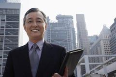 Uomo d'affari Medio Evo sicuro Holding Folder fotografie stock libere da diritti
