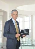 Uomo d'affari Medio Evo sorridente con il pianificatore Immagini Stock