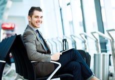 Uomo d'affari moderno facendo uso del computer della compressa Fotografia Stock
