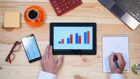 Uomo d'affari Monitoring Stock Statistics video d archivio