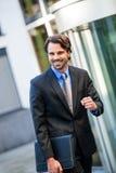 Uomo d'affari motivato che perfora l'aria Fotografia Stock