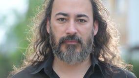 Uomo d'affari multi-etnico barbuto bello maturo con capelli lunghi nelle vie all'aperto stock footage