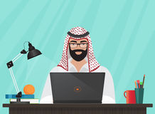 Uomo d'affari musulmano arabo o programmatore che si siede alla sua scrivania che funziona con il computer portatile Illustrazion illustrazione di stock