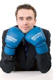 Uomo d'affari nei guanti di inscatolamento isolati Fotografia Stock