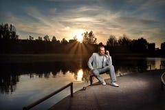Uomo d'affari nel bianco sul tramonto Fotografia Stock