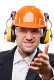 Uomo d'affari nel casco dell'elmetto protettivo di sicurezza che gesturing saluto della mano o Fotografia Stock