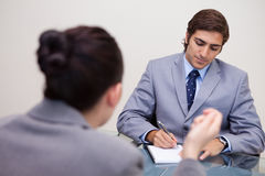 Uomo d'affari nel negoziato che cattura le note Immagini Stock
