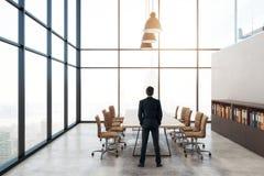 Uomo d'affari nell'auditorium contemporaneo Fotografia Stock