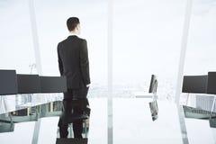 Uomo d'affari nell'auditorium leggero moderno con la tavola di vetro, ch Fotografie Stock Libere da Diritti