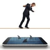 Uomo d'affari nella difficoltà con il suo smartphone fotografia stock libera da diritti