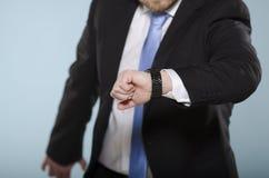 Uomo d'affari nella fretta che guarda suo Fotografia Stock Libera da Diritti