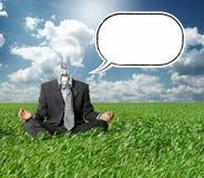Uomo d'affari nella posa del loto e lampada-testa in erba Fotografie Stock Libere da Diritti