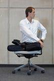 Uomo d'affari nella posa del loto su yoga di pratica della sedia dell'ufficio Immagine Stock Libera da Diritti