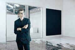 Uomo d'affari nella sala con la lavagna Fotografia Stock