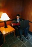 Uomo d'affari nella sala di attesa fotografia stock