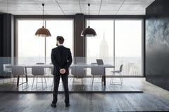 Uomo d'affari nella sala riunioni Immagine Stock