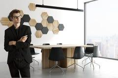 Uomo d'affari nella sala riunioni Fotografia Stock