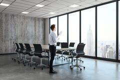 Uomo d'affari nella sala riunioni contemporanea Immagine Stock