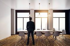 Uomo d'affari nella sala riunioni contemporanea Fotografie Stock Libere da Diritti