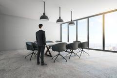 Uomo d'affari nella sala riunioni illustrazione vettoriale