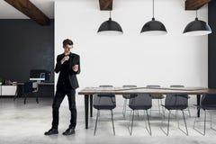 Uomo d'affari nella sala riunioni moderna Fotografia Stock
