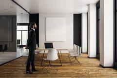 Uomo d'affari nella sala riunioni moderna Immagine Stock Libera da Diritti