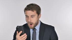 Uomo d'affari nella scossa mentre facendo uso di Smartphone stock footage