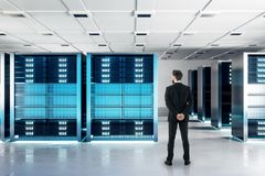 Uomo d'affari nella stanza del server illustrazione vettoriale