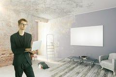 Uomo d'affari nella stanza disfatta Immagine Stock Libera da Diritti