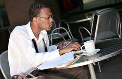 Uomo d'affari nero dell'afroamericano che lavora a suo Immagini Stock