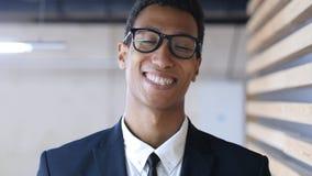 Uomo d'affari nero sorridente in vestito, ritratto di risata Fotografie Stock Libere da Diritti