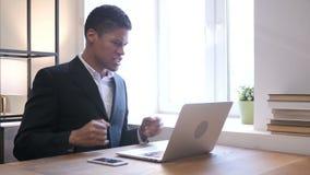 Uomo d'affari nero turbato di grido sul lavoro stock footage