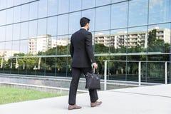 Uomo d'affari o lavoratore che sta nel vestito vicino all'edificio per uffici Fotografia Stock Libera da Diritti