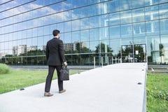 Uomo d'affari o lavoratore che sta nel vestito vicino all'edificio per uffici Fotografia Stock