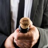 Uomo d'affari Opening Wine Bottle con sughero fotografie stock libere da diritti