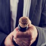 Uomo d'affari Opening Wine Bottle per il nuovo anno Immagine Stock Libera da Diritti